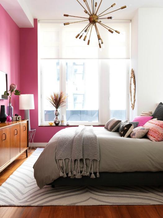 Небольшая спальня в бело-розовых тонах.