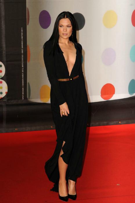 Джесси Джей выбрала простое черное платье, изюминкой которого было глубокое декольте.