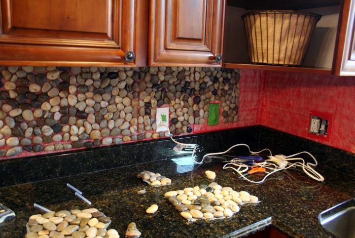 Кухонный фартук, декорированный мелкой галькой.