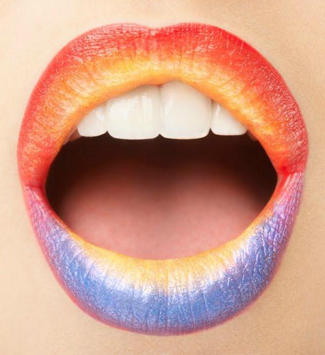 Цвета радуги в макияже губ.