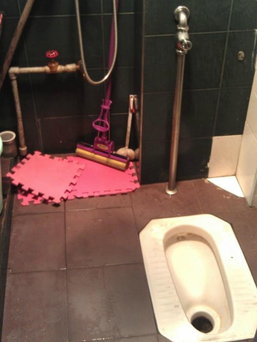 Унитазы в полу. | Фото: ЯПлакалъ.