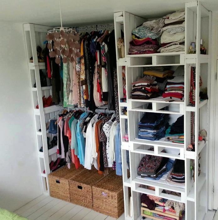 Открытая гардеробная из поддонов.
