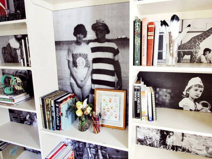 Стенки книжного шкафа, украшенные семейными фотографиями.