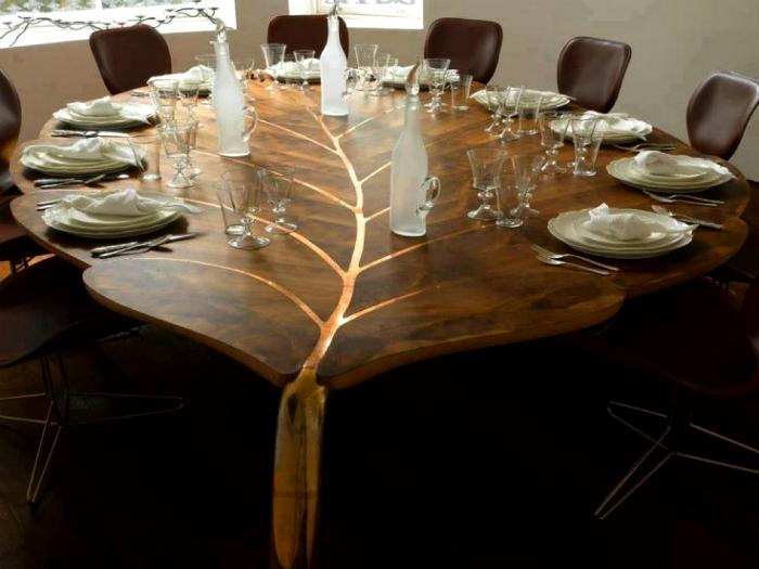 Обеденный стол в виде листка.