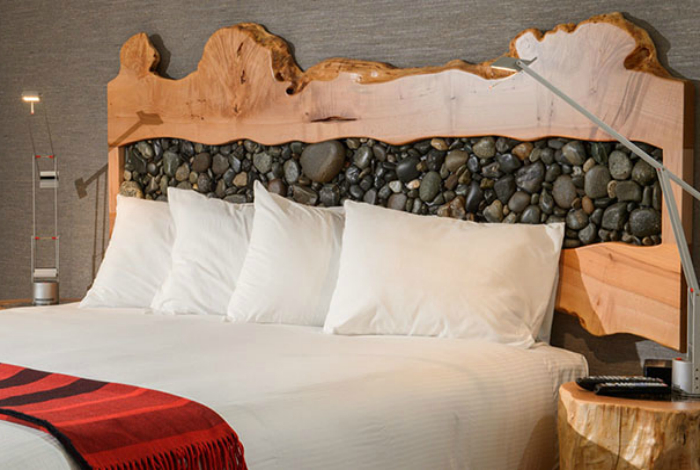Изголовье кровати, украшенное галькой.