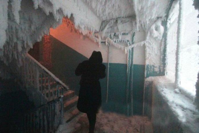 Некоторые подъезды превращаются в настоящие ледяные пещеры.