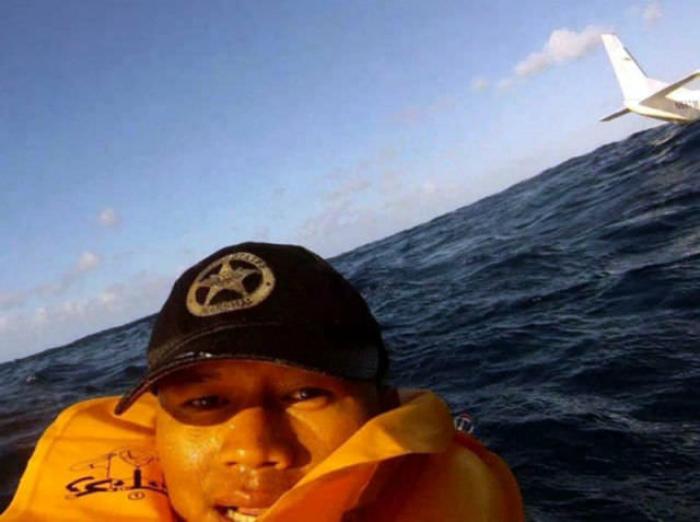 Спасенный пассажир упавшего самолета.