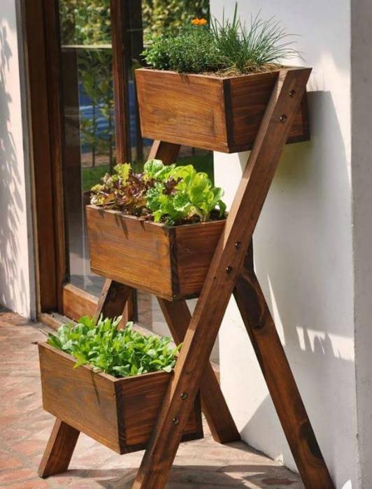 Многоуровневая деревянная подставка.