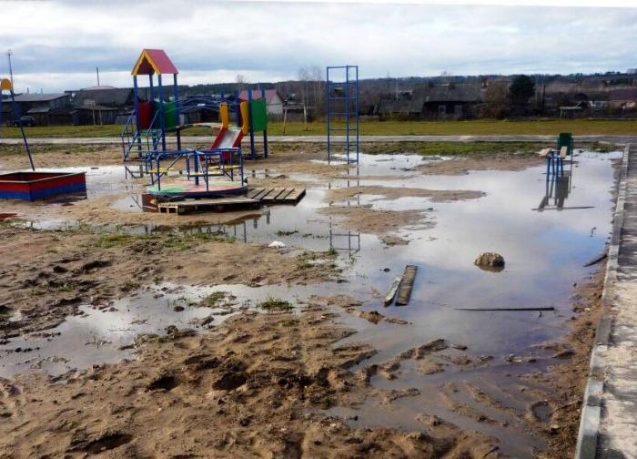 Детская площадка в «грязном» месте. | Фото: Twitter.