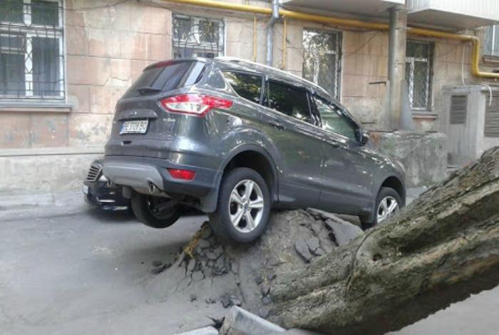Неприятность на парковке.   Фото: DeVizitat.