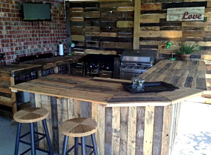 Кухня из досок от деревянных поддонов. | Фото: Easy Craft Ideas.