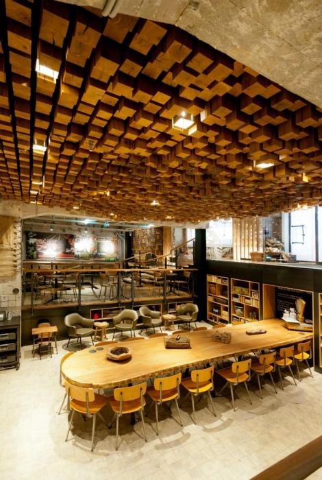 Потолок из древесины.