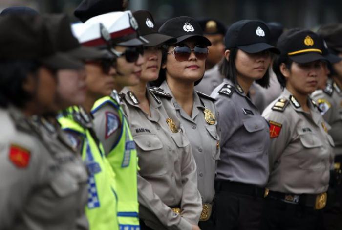Невинные девушки-полицейские Индонезии.