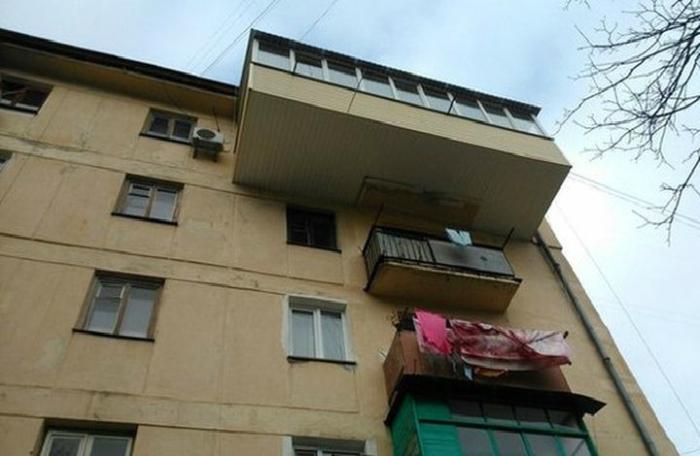 Громадный балкон на фоне маленьких балкончиков.