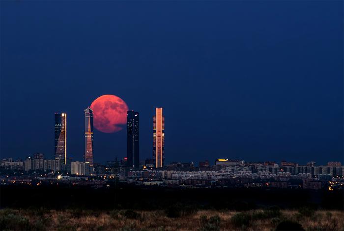 Огромная луна над Мадридом.