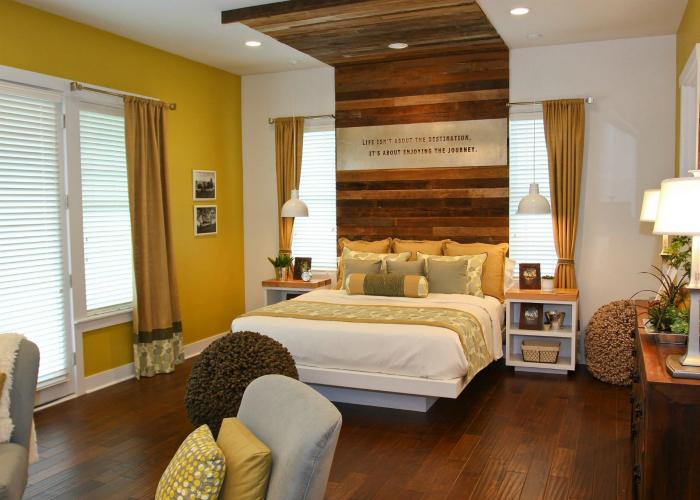 Высокое деревянное изголовье, которое плавно переходит на потолок.