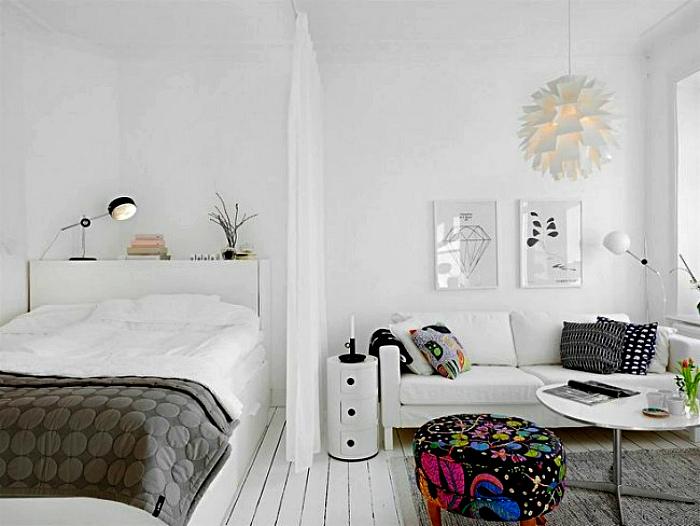 Маленькая спальня, совмещенная с гостиной.