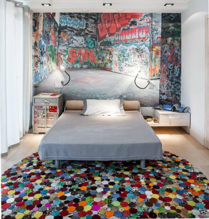 Стильная спальня с граффити.