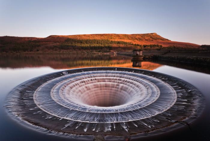 Воронка, которая образовывается во время слива воды на водохранилище Ледибауэр.