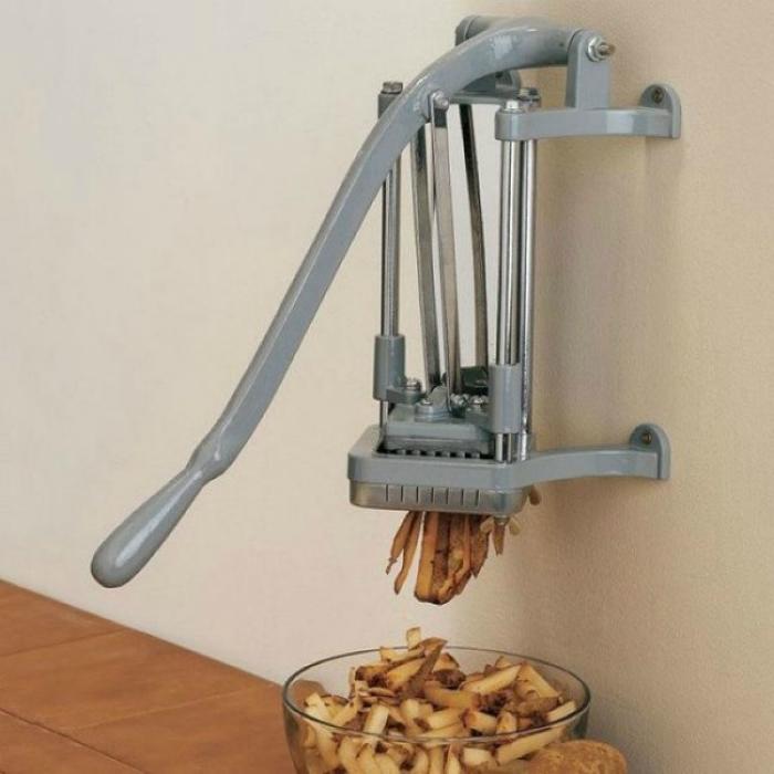 Специальное приспособление для нарезки картофеля идеальными брусочками.