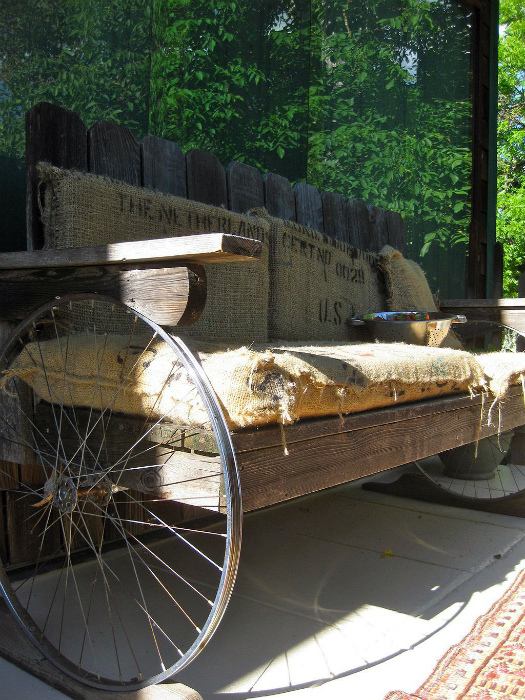Садовая скамейка с ножками из колес.
