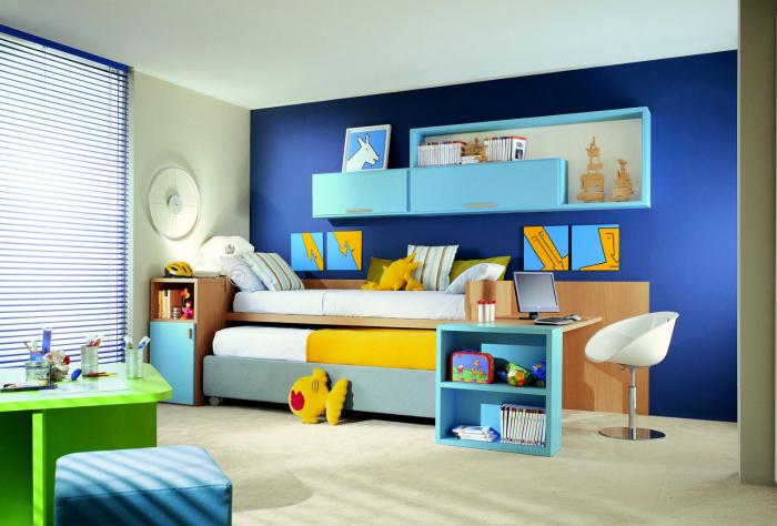Детская с акцентной стеной синего цвета.