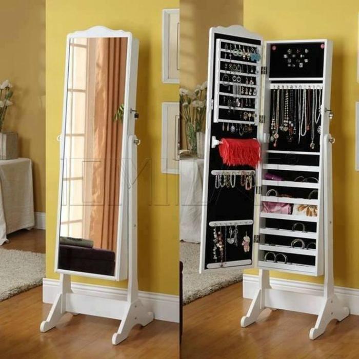 Скрытый шкафчик для украшений.