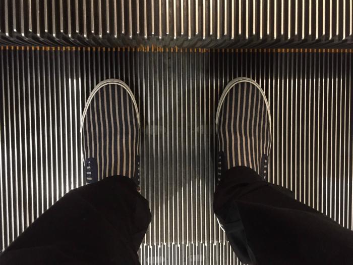 Мокасины и ступеньки эскалатора.