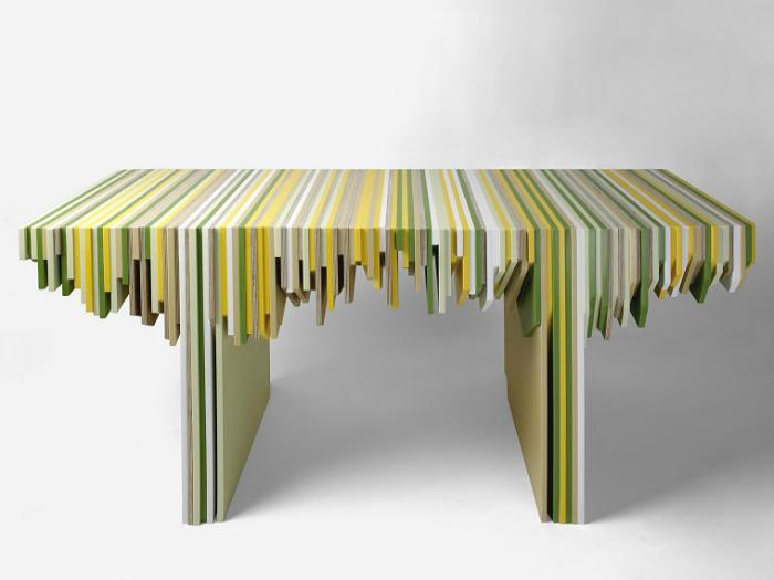 Полосатый столик из эпоксидной смолы.