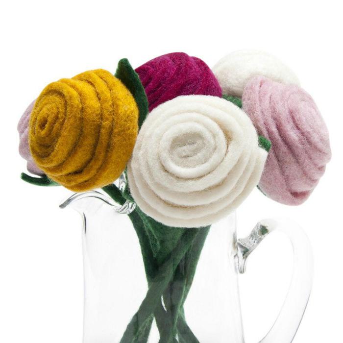 Красивый букет роз из фетра, которые никогда не завянут.