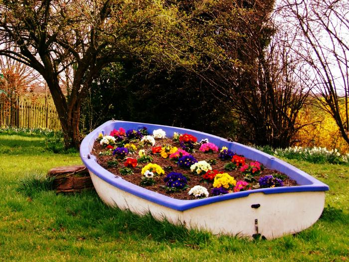 Клумба в старой лодке.