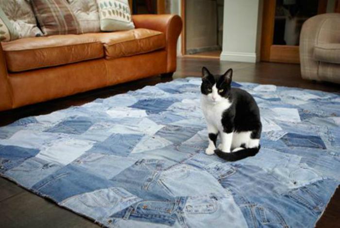Из нескольких пар старых джинсов можно сшить необычный коврик.
