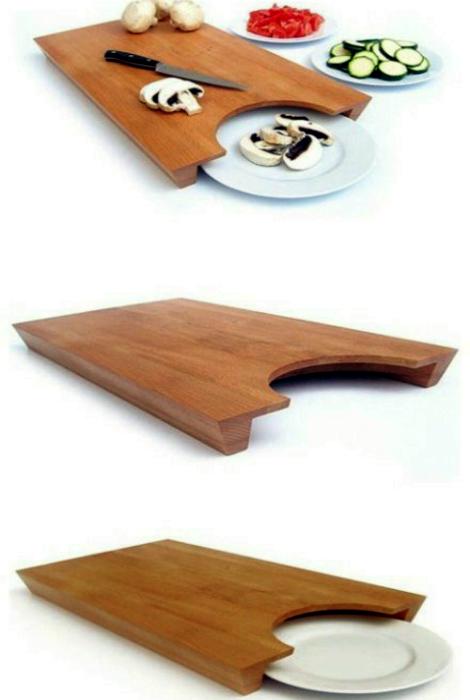 Разделочная доска с местом для тарелки.