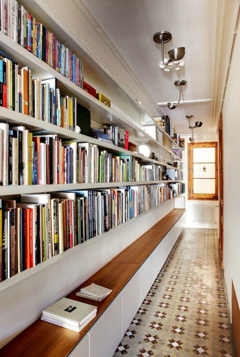 Библиотека в коридоре.