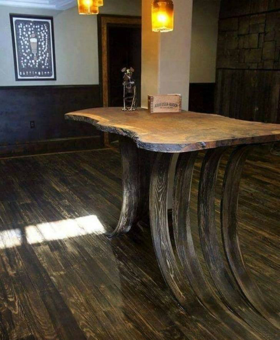 Оригинальный стол из дерева. | Фото: Izismile.com.