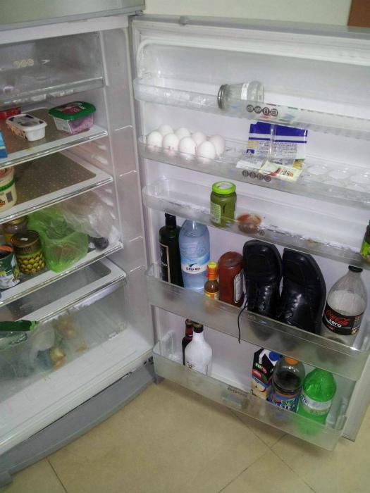 Ботинки в холодильнике.