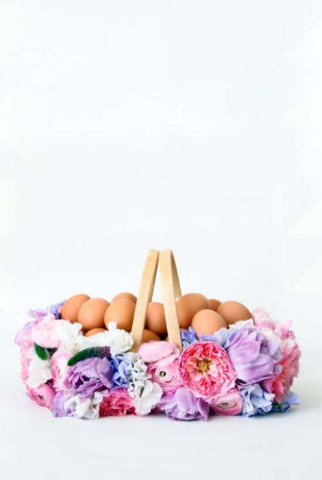Корзина, украшенная цветами.