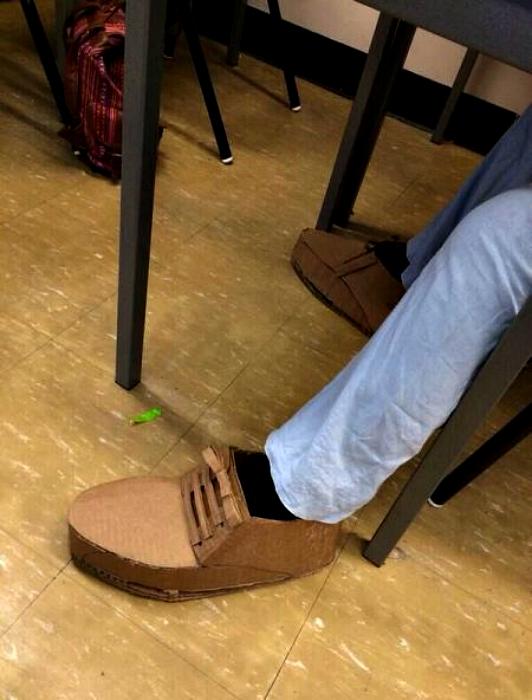 Туфли из картона.