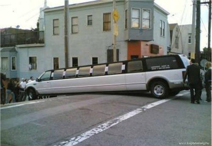 Фото о том, как большой белый лимузин превратился в эффектный шлагбаум.