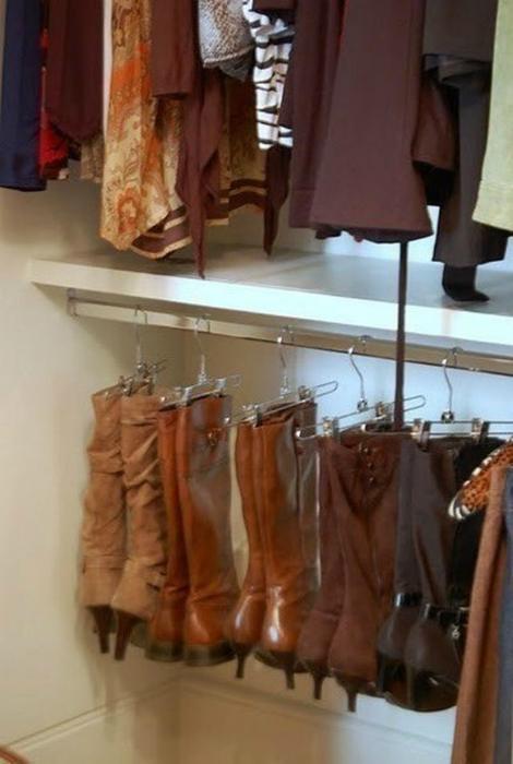 Высокие сапоги можно хранить на вешалках в платяном шкафу.