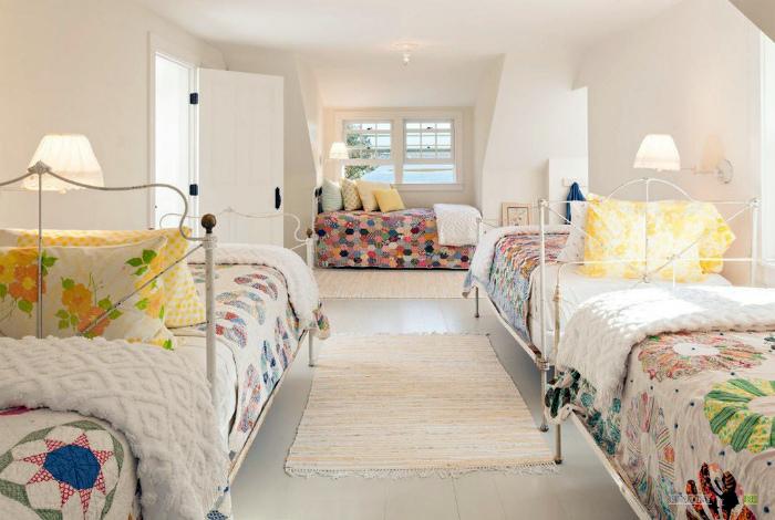 Уютная спальня для большой семьи.