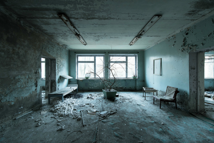 Навсегда опустевшее и разрушенное приемное отделение больницы.