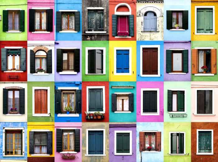 Окна города Бурано, Италия.