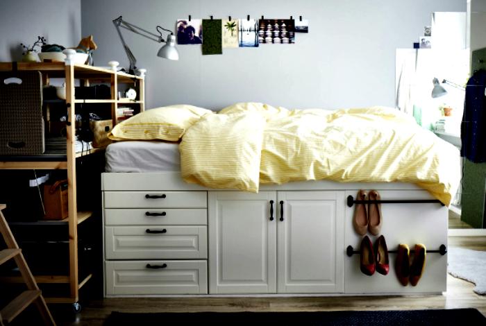 Оригинальная мебель в интерьере небольшой спальни.