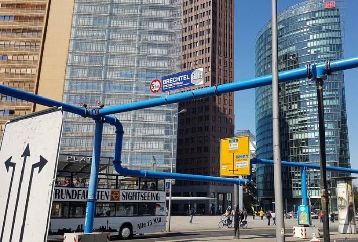 Большие трубы на улицах Берлина. | Фото: Twizz.ru.