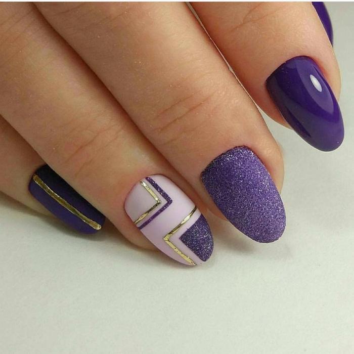 Фиолетовый маникюр с геометрическими элементами.
