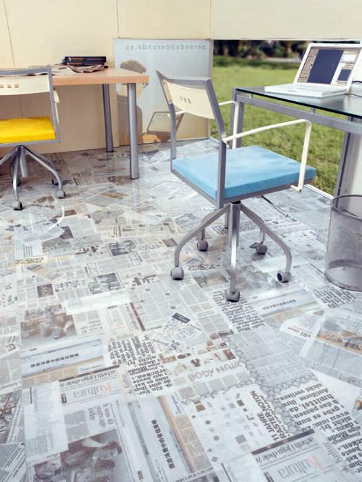 Наливной пол с рисунками газетных страниц.