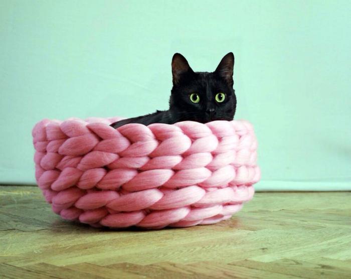 Плетеная лежанка для кота. | Фото: Pinterest.