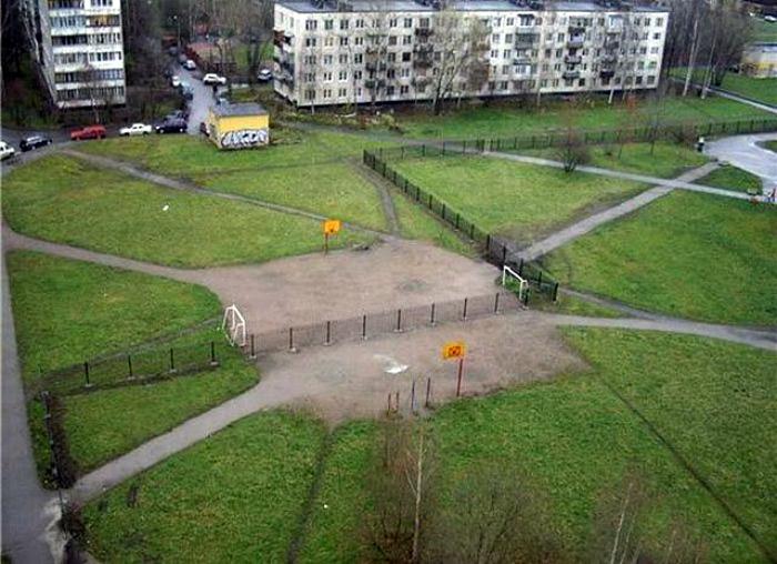 Забор и футбольное поле.