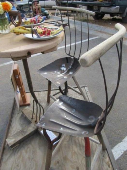 Русский человек знает, как превратить грабли и лопату в мебель.